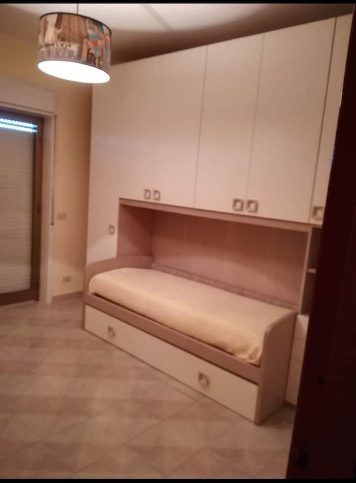 Cameretta in appartamento luminoso e centrale
