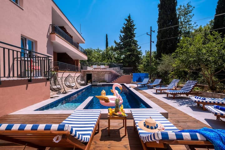 Private & Quiet Retreat   ♛King Bed, Pool + WiFi