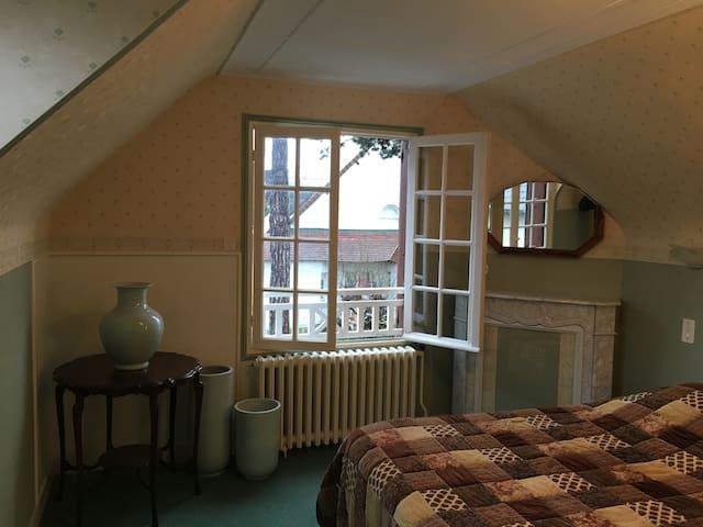 La grande chambre du haut, lit 160x200, couette 200x200