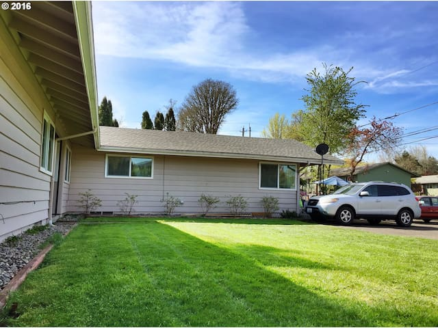 Midcentury Unit with Fenced Backyard - Beaverton - Leilighet