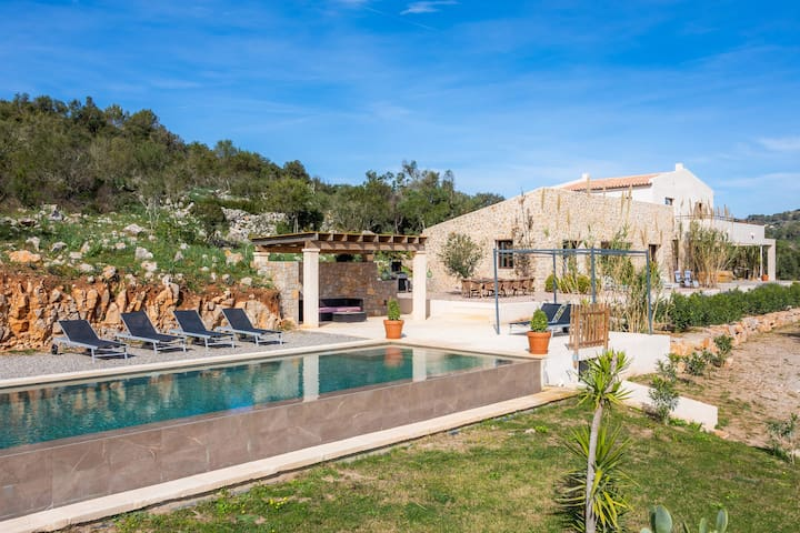 Luxurious Villa Son Boronat with Infinity Pool, Garden, Terraces, Wi-Fi & Air Conditioning; Parking Available