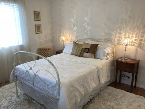 Private room with bathroom in Coorparoo