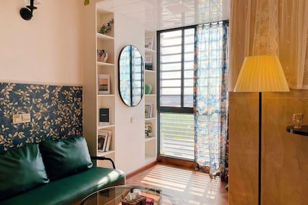 Betty's home美式英伦风温馨公寓房,临万达、宝龙等商圈,配有投影仪,厨房等。