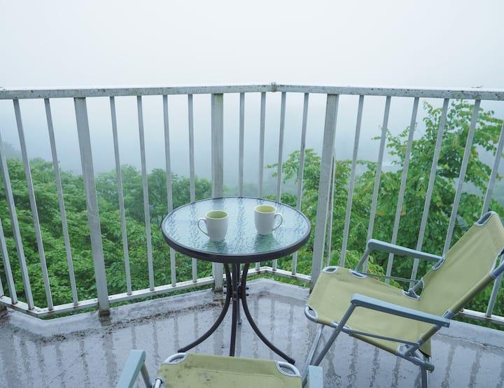 森の中の別荘。圧倒的なデッキからの眺望。朝霧に煙る軽井沢の休日。ICから5分。