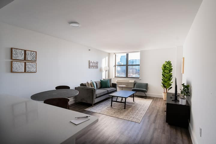 Modern & Bright 2BR w/Gym, 15 Min From NYC