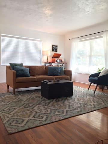 Cozy & Bright Bungalow w/in 10 minutes of Downtown