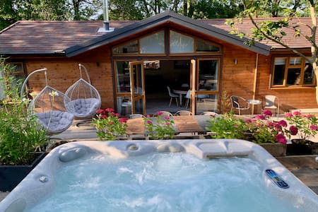 Modern Lodge*Hot Tub*on the Edge of the New Forest