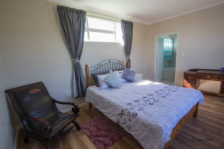Main Bedroom (Upstairs)
