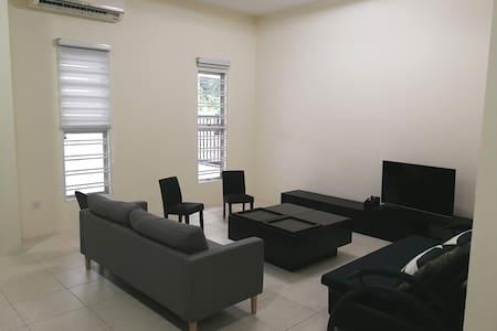 Newly renovated cozy home@free wifi
