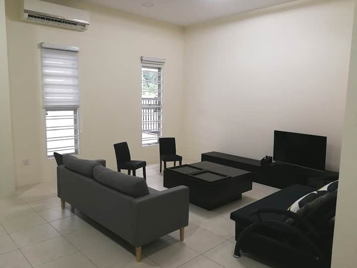 Newly renovated cozy home@free wifi