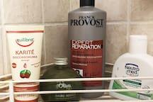 A disposizione docciaschiuma, shampo, detergente intimo e anche dentifricio, phon, crema, ecc.