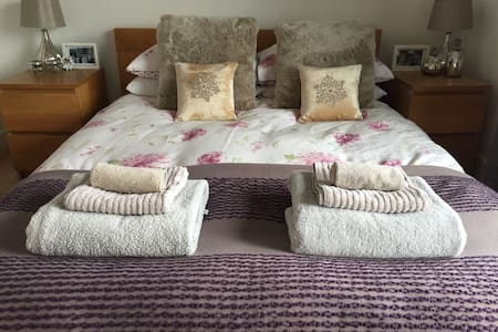 Sea views with large balcony and two double rooms. - Cardiff