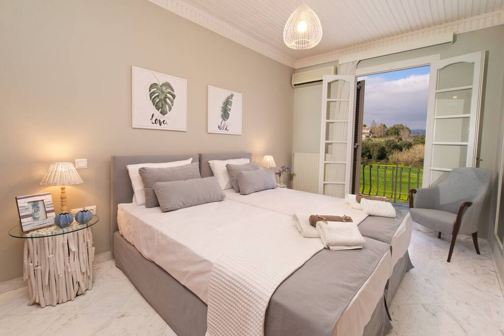 Bedroom with two single beds | M house Suites