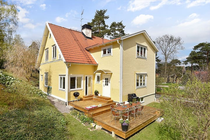 Cosy house less than 15 min from Stockholm  Center - Sztokholm - Dom