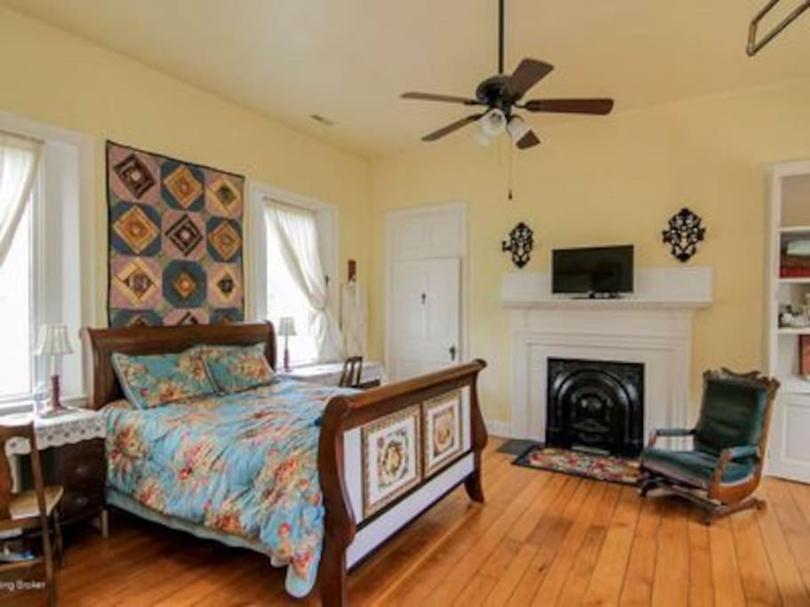 Beautiful comfy sleigh bed, sumptuous textiles, smart TV, private bath with whirlpool, kitchenette with microwave & refrigerator.