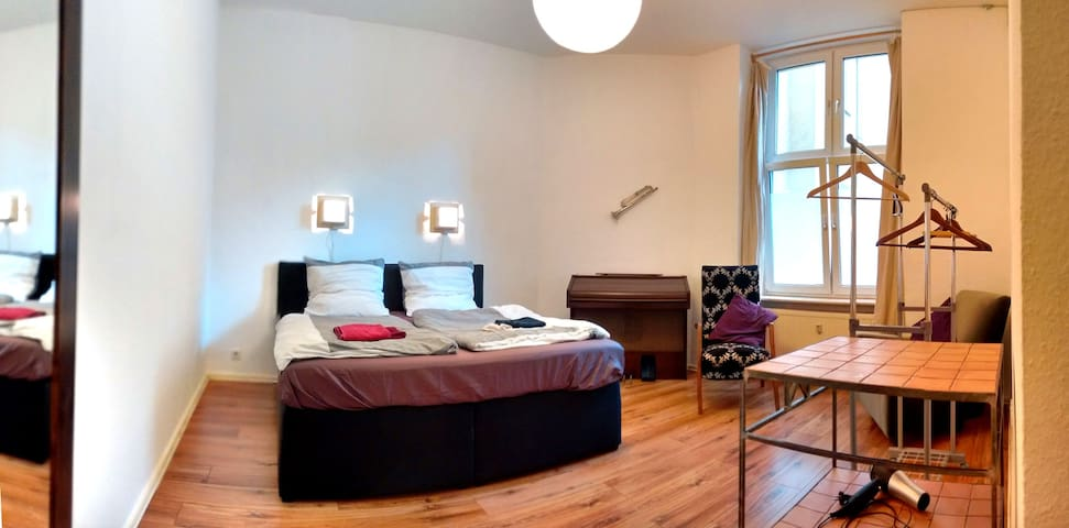 "HOT DEAL Quiet street in hip area ""Friedrichshain"" - Berlim - Apartamento"