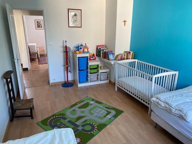 Chambre 2, deux lits simples et un lit bébé  Espace jeux/lecture pour les enfants
