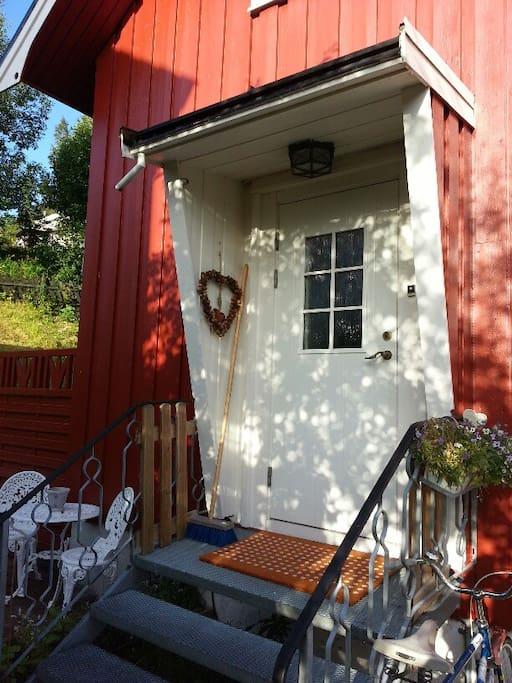 Inngangsparti med egen uteplass.