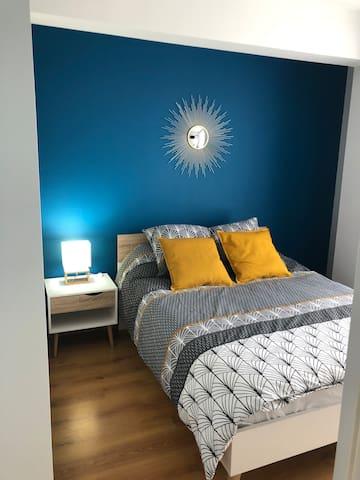 Chambre avec un lit de 140/190cm, une table de nuit