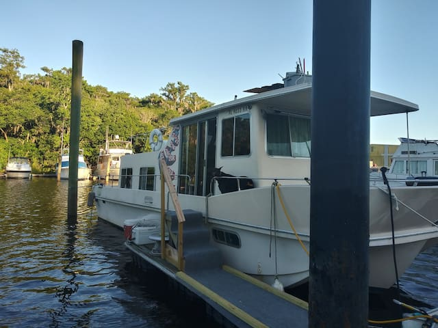 38' Houseboat in water Sanford Forida