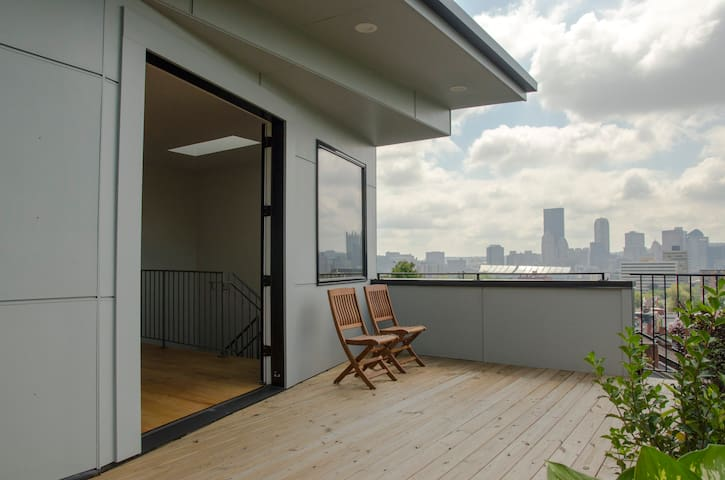 Third floor room with access to deck and city view - Pittsburgh - Hus