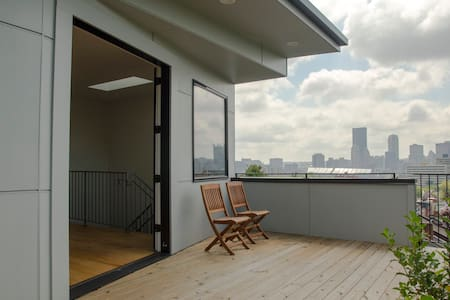 Third floor room with access to deck and city view - Pittsburgh - Huis
