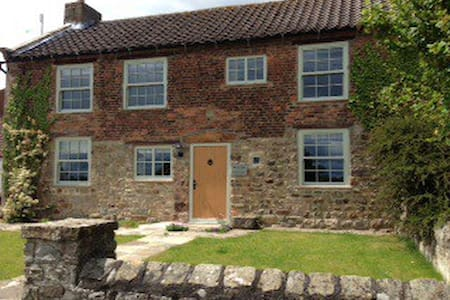 Mullion Cottage, Hackforth, N Yorks - Hackforth - House