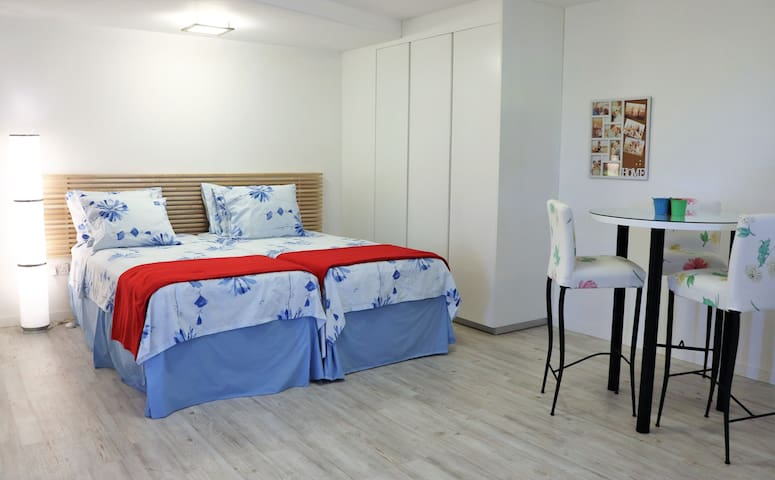 Cozy new studio close to beach & tourist area(Red)