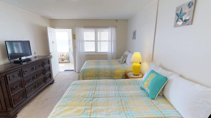 Ocean Front 2nd floor Room! Unit #17 Sleeps 4