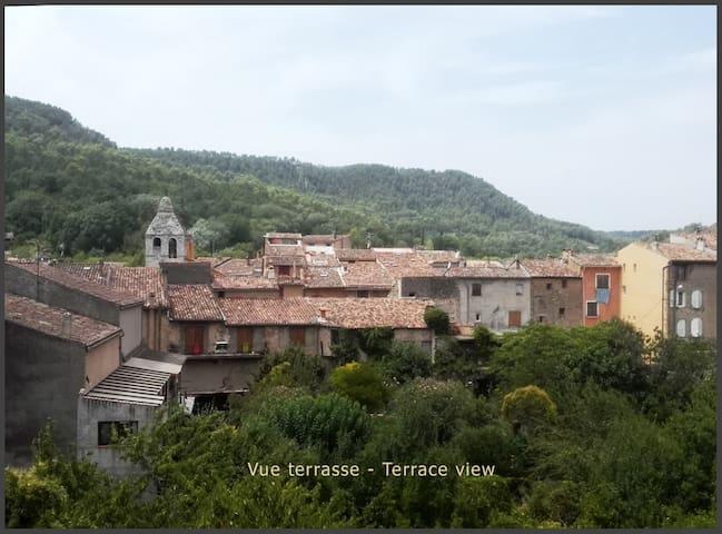 Charmant F2 entier avec terrasse. Coeur village.
