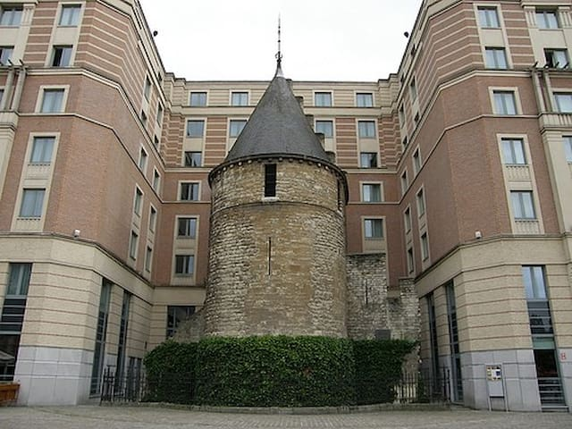 The Black Tower is one of the best preserved vestiges of the first wall of Brussels built at the beginning of the 13th century: it is located behind the Sainte-Catherine church.