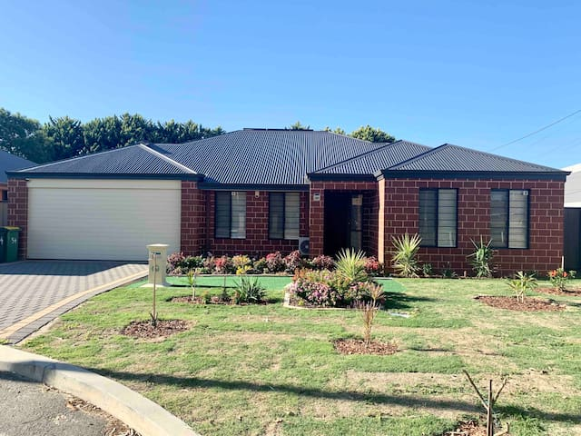 { Cannington Home - House 7 } ~ (4 bedrooms, WiFi)