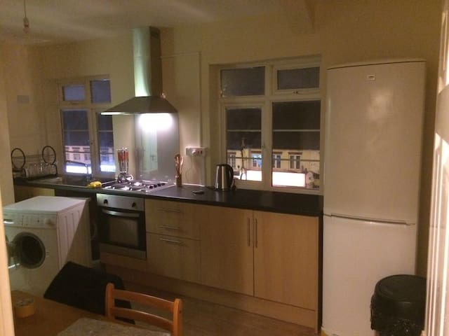 IDEAL HOUSE FOR YOUR HOLIDAYS - Bromley - Apartemen