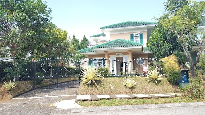 Villa Desca Spacious and Cozy one in Puncak Resort