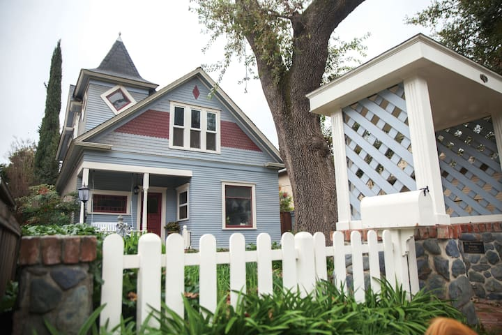 Historic Victorian Prime Downtown Location! - Morgan Hill - House