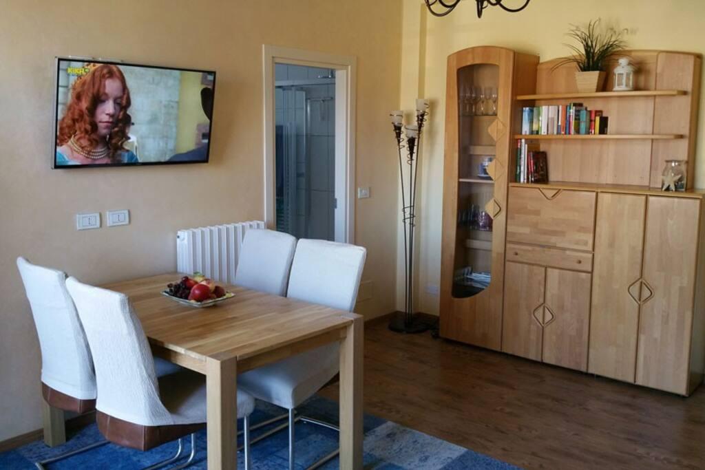 Wohnzimmer mit ausziehbarem Tisch