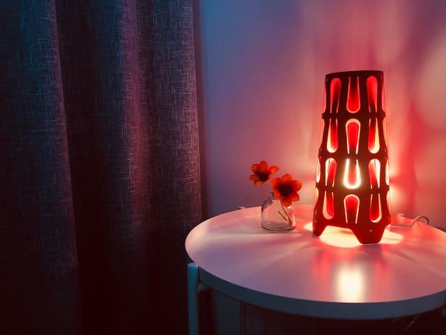 设计感十足的红色床头灯