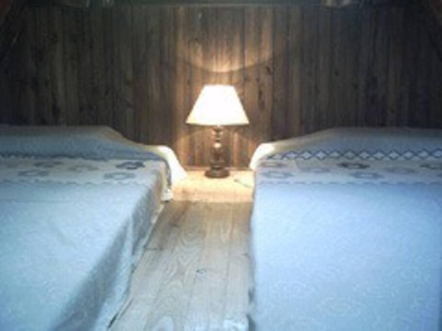 Segundo dormitorio IDEM, con colchones de una plaza y media
