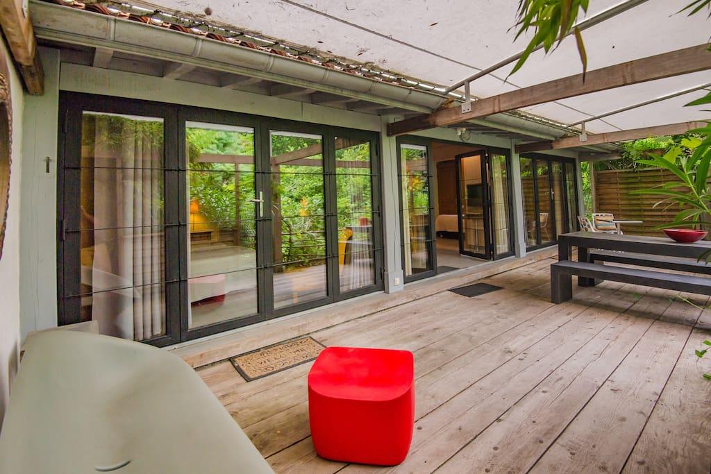 Baies vitrées donnant sur la terrasse privative
