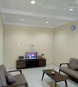 A Cosy Minimalist SS Terrace KLB | 市郊の舒适房子