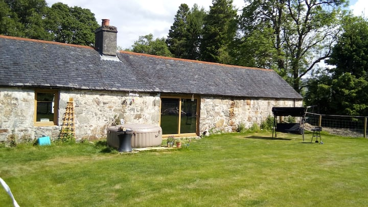 Alistairs Steading, Romantic retreat with hot tub!