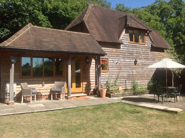Detached country cottage in south facing garden. - Cookham - Hus