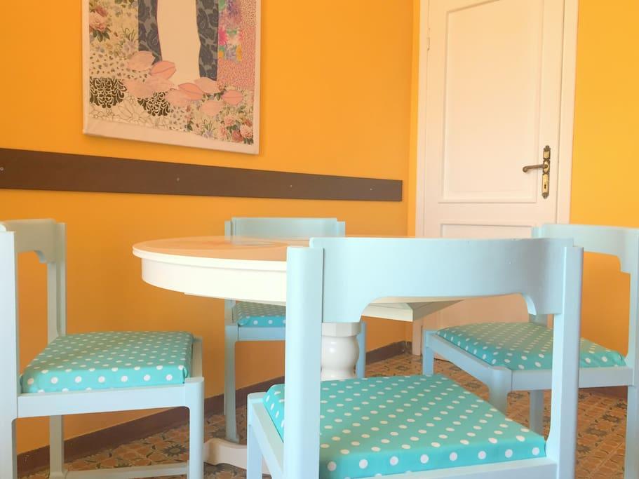 Soggiorno/sala da pranzo con piccola TV e WiFi - Living/dining room with balcony and small TV