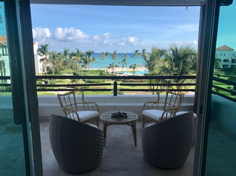 terraza y vista a la piscina y playa privada