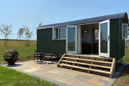 Stunning Lakeside Shepherd's Hut - Hot Tub & Sauna