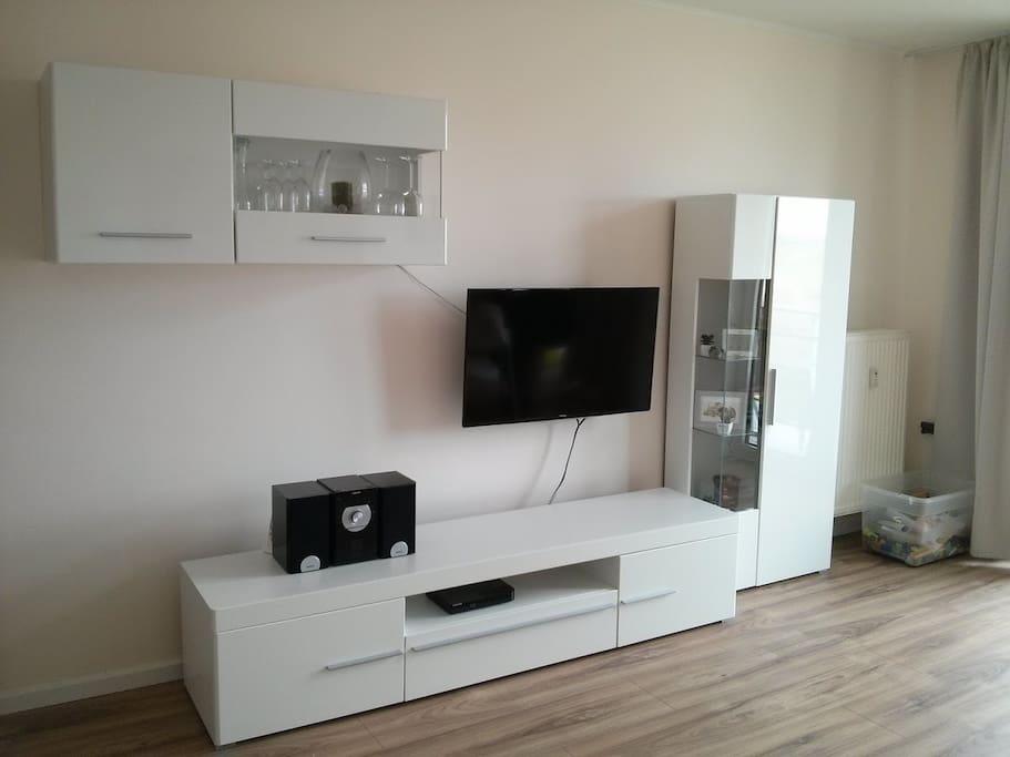 LED-Fernseher, BlueRay-Player und CD-Player mit USB Anschluss sowie viele DVDs