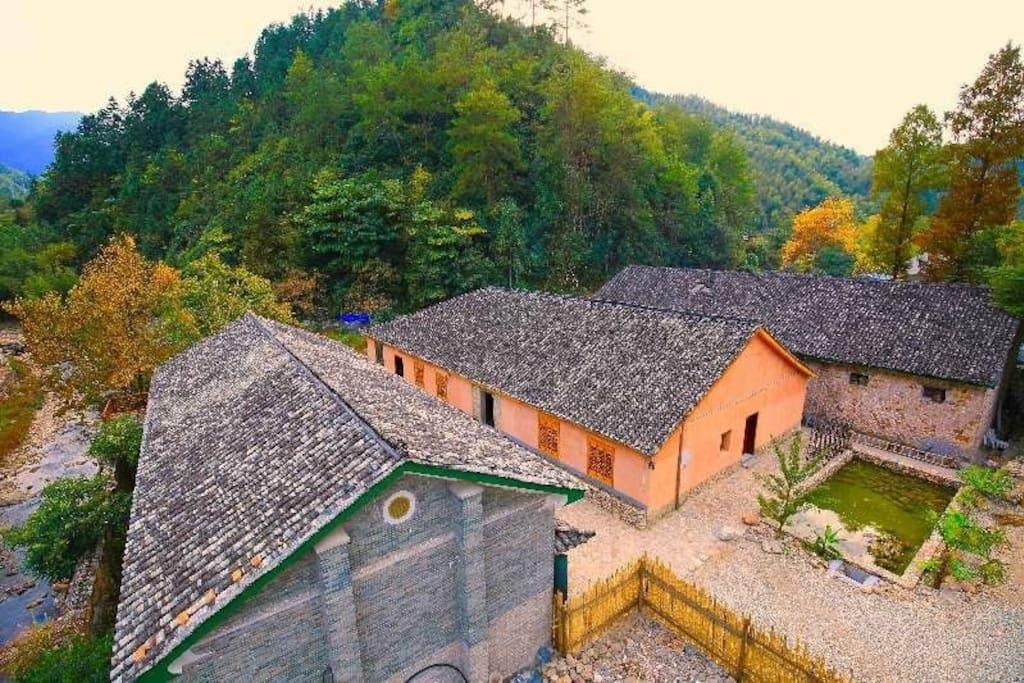民宿共由青砖房、土木房及石头房组成,此处房源为青砖房中的两套小套房。