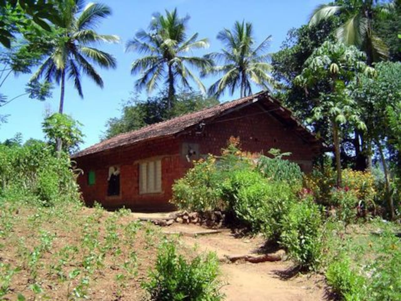 Traditional sri lankan house,This house has bed rooms,bath rooms and Parking