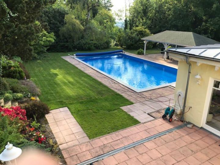 Doppelzimmer in großem Haus mit Park und Pool