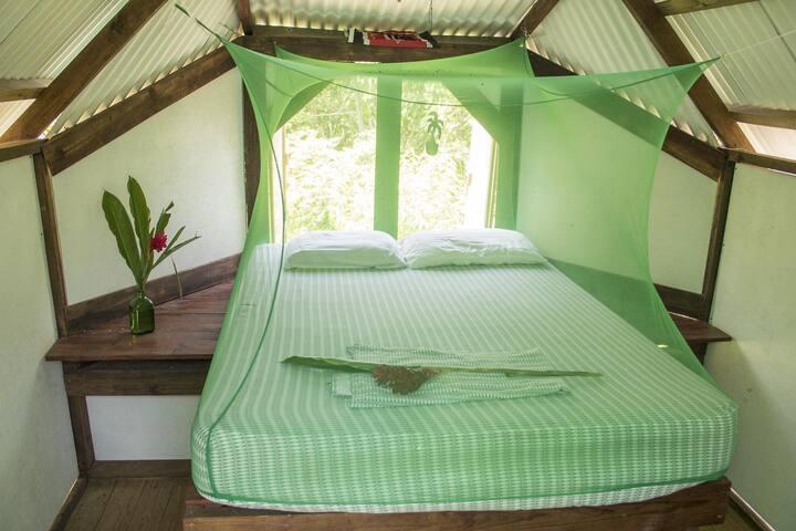 Interior del dormitorio II . Cama queen size.